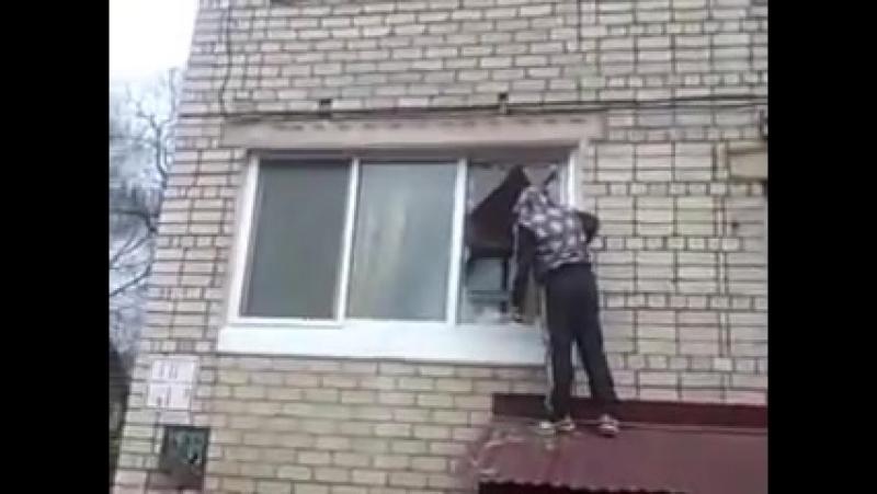 Пока нет жены дома бывший муж пришёл забрать комп свой. Калининград. 2018