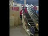 Швейцарский лыжник поднимается по эскалатору [NR]