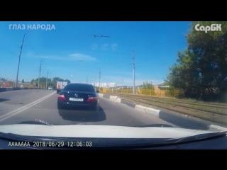 Тойота едет через двойную сплошную и подрезает автомобиль