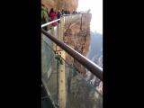 Стеклянный мост над пропастью в горах Baishishan
