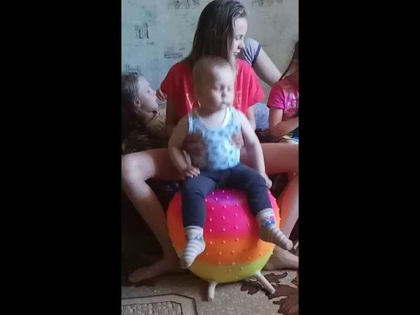 Спит где угодно)) Даже на шарике😂