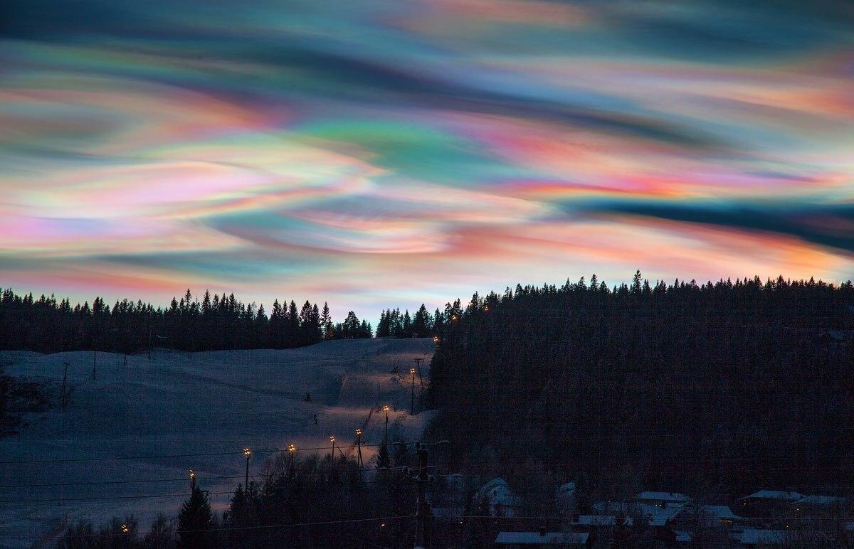 Радужное сияние иризации облака перламутра.Радуга сияния стихия воздух