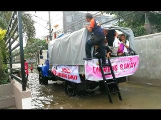 Внедорожник «Садко» вывозит людей с затопленных улиц