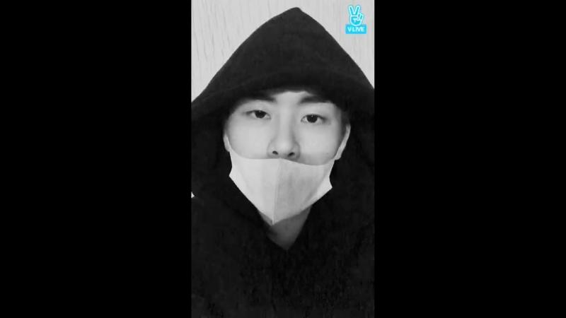 180309 | Трансляция Ховона в приложении «V LIVE»: 나_ 호야. 잘지내지_ 5분만 보자! («Это я, Хоя. Как дела? Поговорим 5 минут!»)