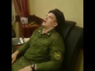 В кабинете у командира войсковой части уснул солдат во время уборки