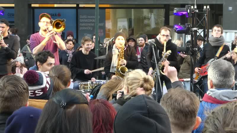 Весёленькая духовая музычка (чехи справляют День борьбы за свободу и демократию).