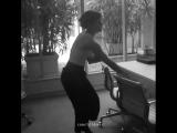 Эмма прячет книги в офисе Vogue Australia