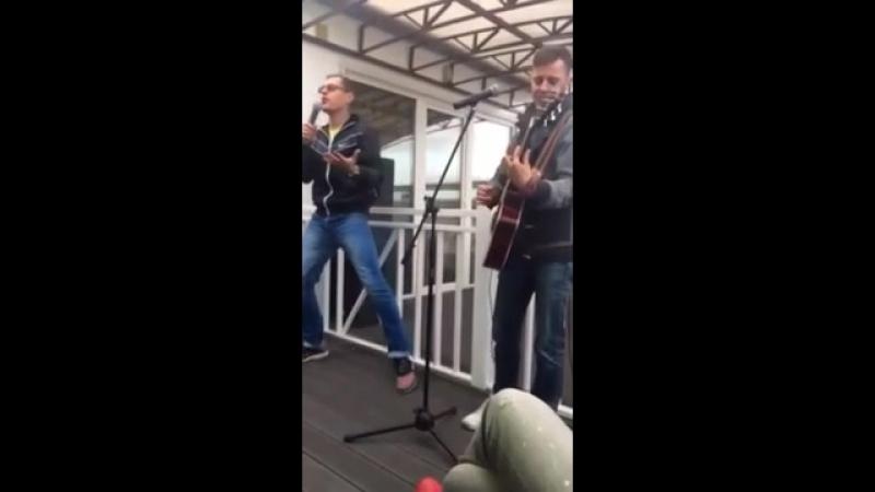 Парень спел песню, сюжет которой тронет каждого мужчину
