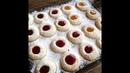 Leckere Plätzchen gefüllt mit Marmelade- und Schokolade/ Weihnachtliche Husarenbussler