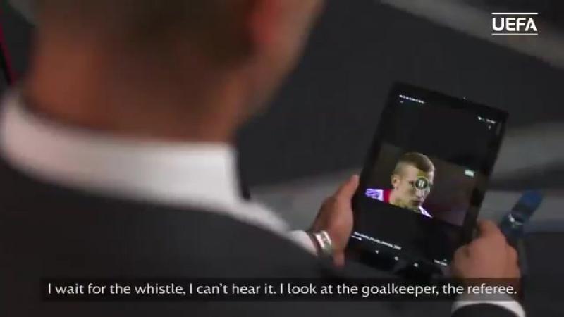 Андрей Шевченко смотрит и комментирует свой победный пенальти в финале ЛЧ с Ювентусом