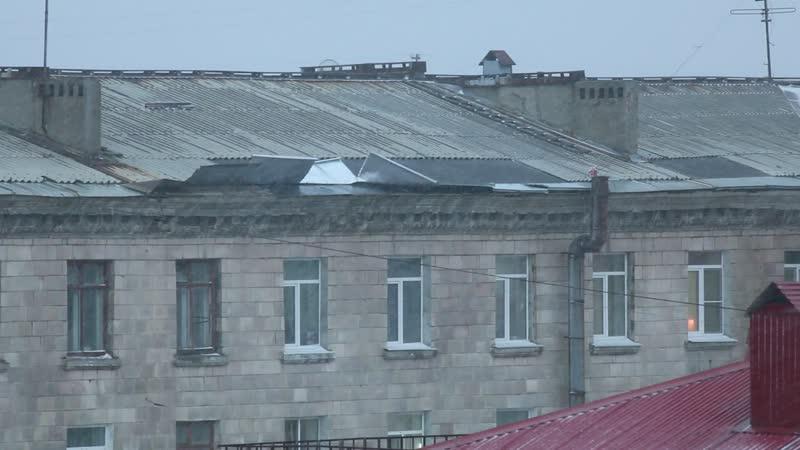 г. Североморск, ул. Комсомольская. Все лето крышу ремонтировали горе-работники.