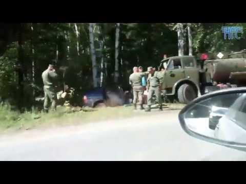 Минивэн столкнулся с военным грузовиком в районе Пашино