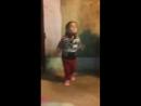 Девочка круто танцует