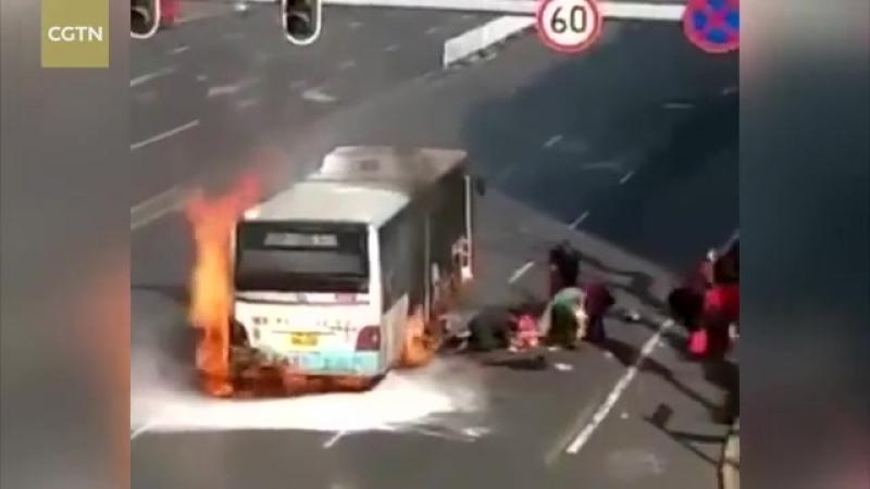 В Китае внезапно загорелся автобус.