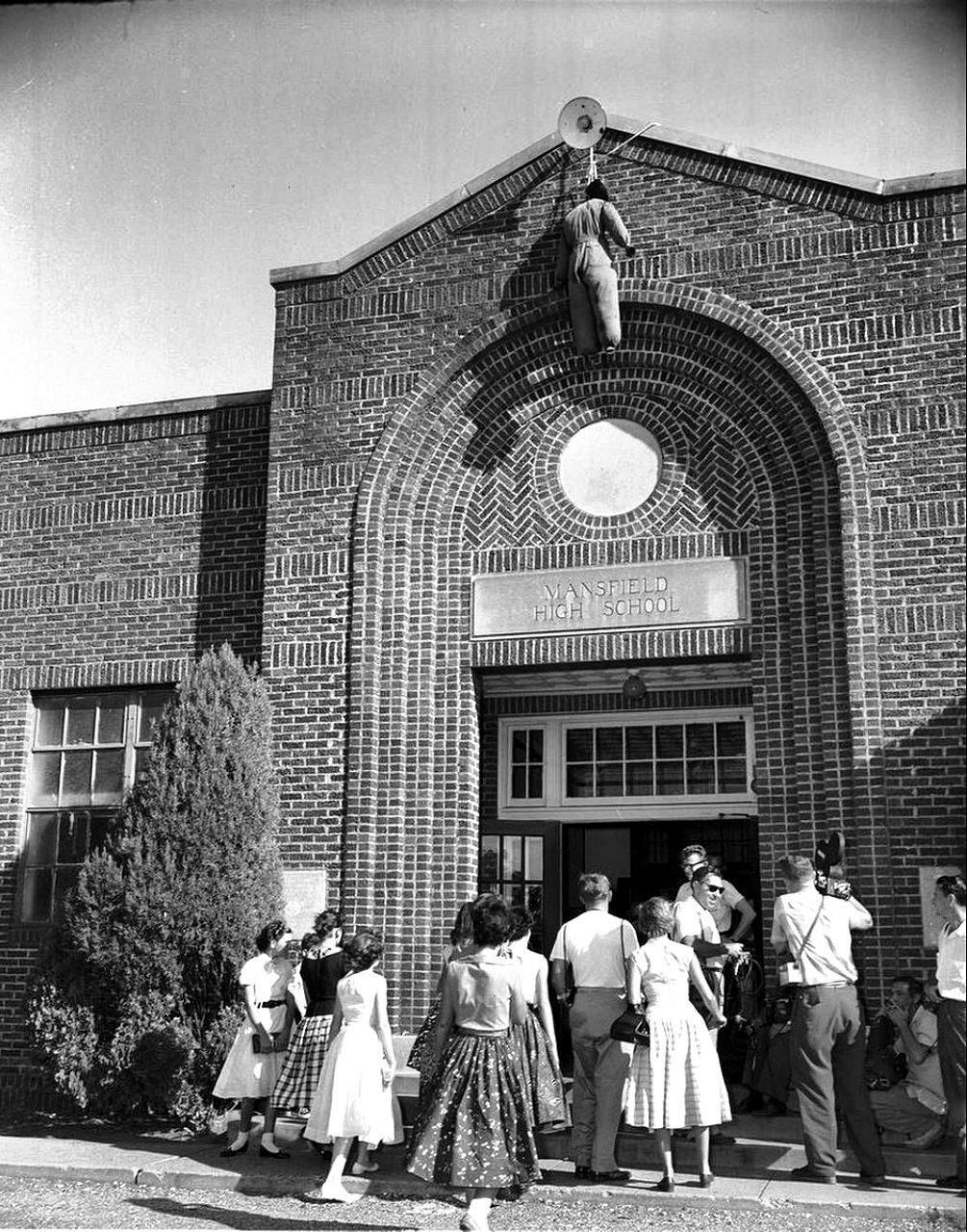 Чучело негра перед входом в школу, как протест против интеграции чернокожего населения, Техас, 1956