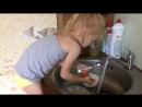 Моет посуду, мамина помошница