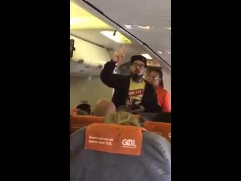 Petista é humilhado e expulso de avião pela PF Tico Santa Cruz criou confusão com tripulação