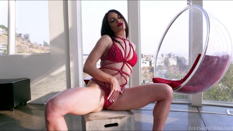 Kissa Sins - шикарная порно актриса брюнетка показывает свое шикарное подкаченное тело перед съемкой в порнухе
