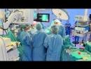 В Іспанії операції людям почали робити роботи. Лікар дає команди роботу, він власне оперує. - - Єдине чого він не вміє, кажуть,
