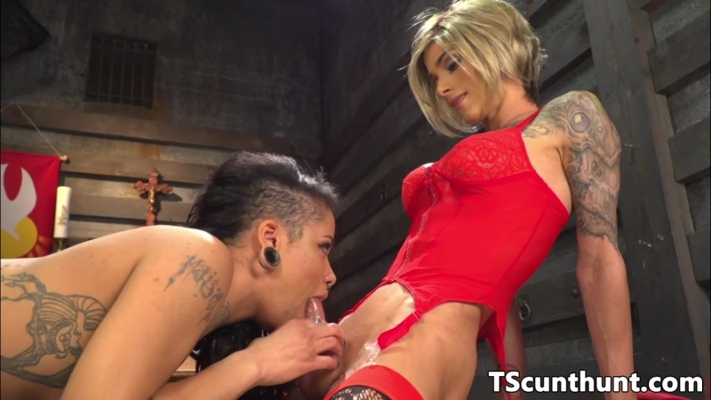 Tattooed ts babe spoon fucking female beauty (Красотки Shemale   Трансы TS Ladyboy Трапы Sissy Trap Crossdresser Tranny Porno)