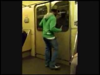 Нигер танцует крамп в метро :)