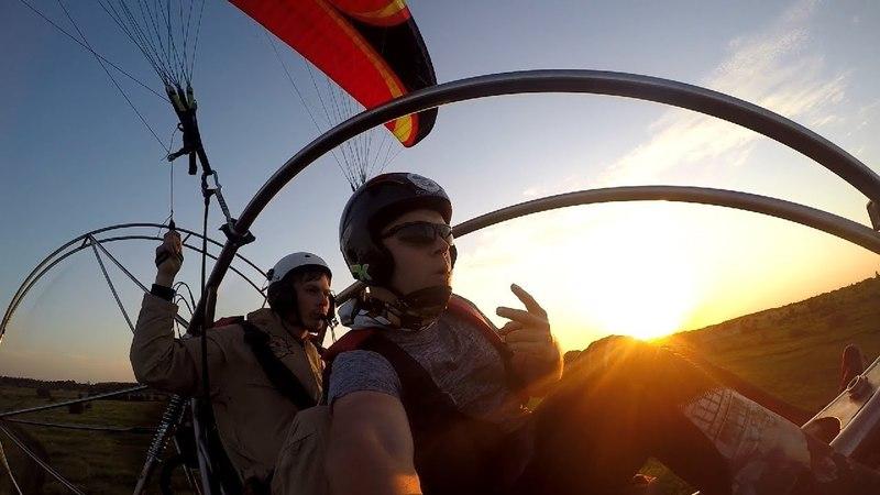Полёт на паратрайке на закате солнца