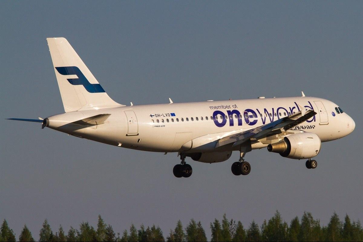 Самолет компании Finnair в цветах oneworld