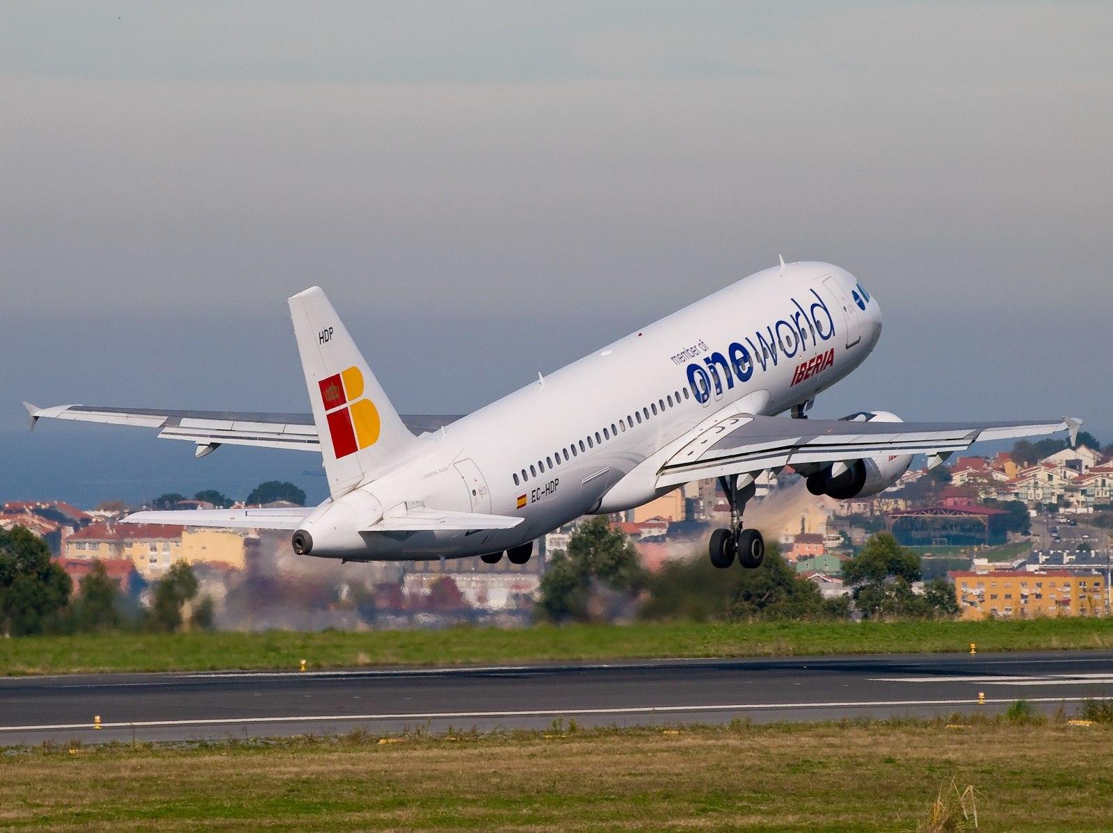 Лайнер авиакомпании Iberia в ливрее oneworld