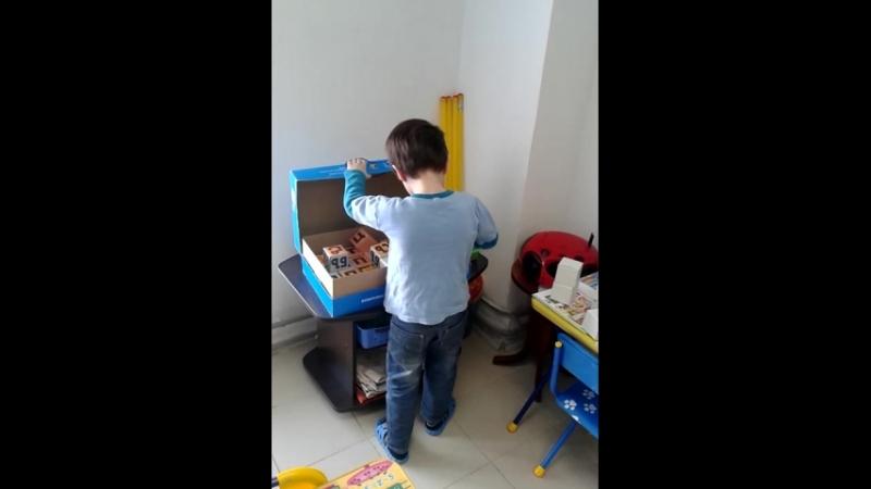 Илюша играет в майнкрафт кубиками Зайцева