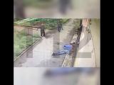 Неизвестный жестоко избивает у магазина местного жителя. Видео 18+