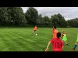 Участники летнего лагеря играют на поле. Тренировки под руководством главного тренера Герман Кастро Марина