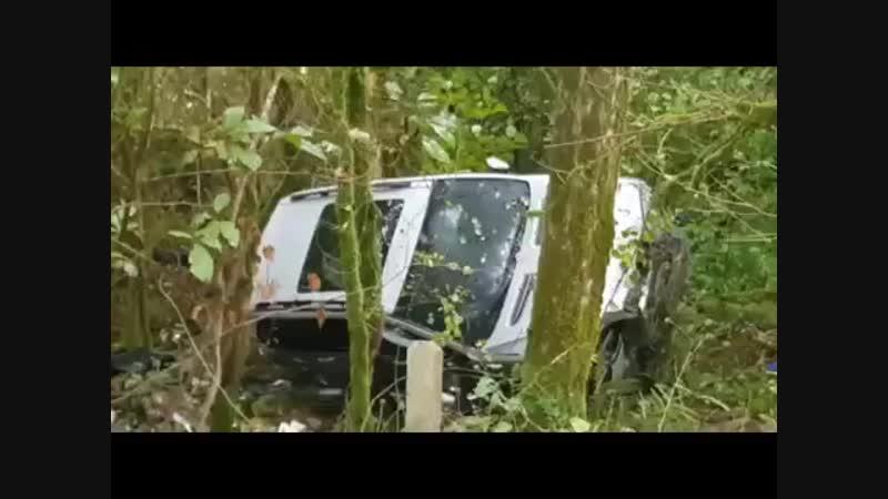Внедорожник в Сочи вылетел с трассы в лес