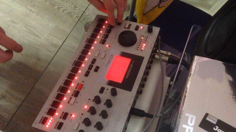 Iskin - Bomber (Machinedrum live, no samples)