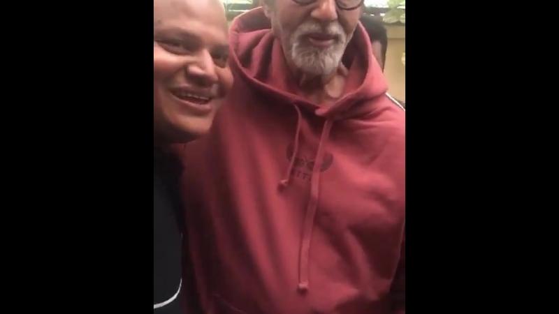 Видео встречи с поклонниками с Викасом .. он пишет стихи .. Амитабх дал ему автограф