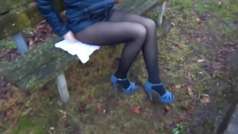 Студентка задрала юбку и показала длинные ножки в колготках без трусиков