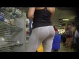 Попка красотки в спортивных серых лосинах на ярмарке | Yoga pants ass