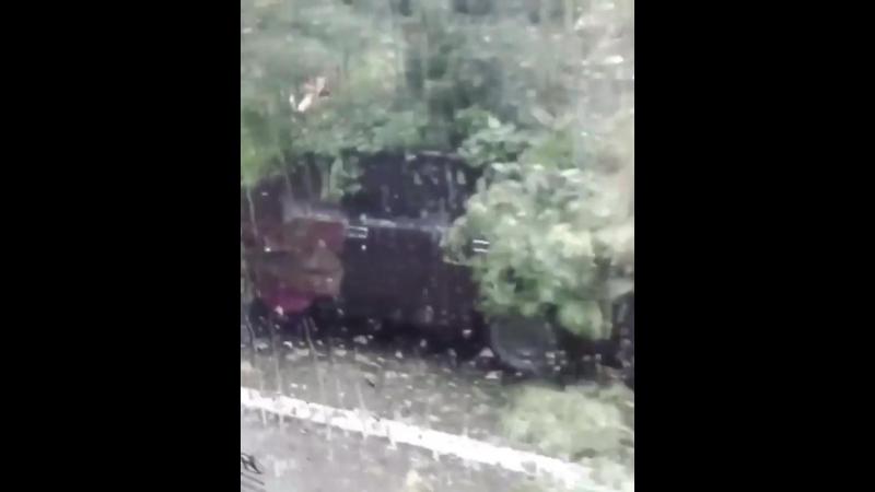 Из-за непогоды в Сочи автомобилистов накрыл не только ливень но и ветхие деревья!