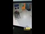 Житель дома по ул. Студенческой 80 выносит на улицу терминал