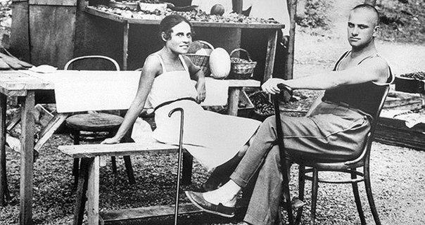 Эпатажные эпизоды из жизни музы Маяковского. Ею восхищались, ей завидовали, ее ненавидели, но главное ее любили, долго и страстно. Лиля Брик стала той самой «фам фаталь», роковой и в каком-то
