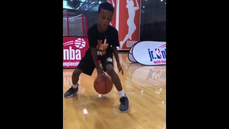 Дриблинг юного баскетболиста