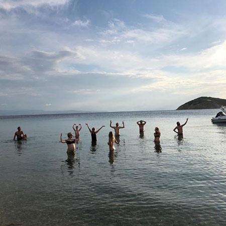 Беременная Кейт Хадсон отдыхает с возлюбленным и родителями в Греции
