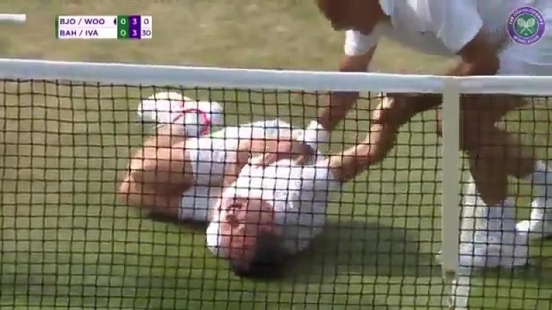 Чемпион Уимблдона получил теннисным мячом по затылку и устроил пародию на Неймара - - Новый челледж