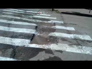Дорожники нанесли разметку прямо на ямы и лужи в Самаре