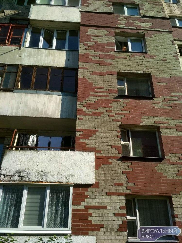 """На Гаврилова """"красные"""" дома как осыпались плиткой 6 лет назад, так и осыпаются до сих пор"""