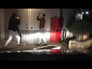 Каха и Серго стоят с пивом на улице