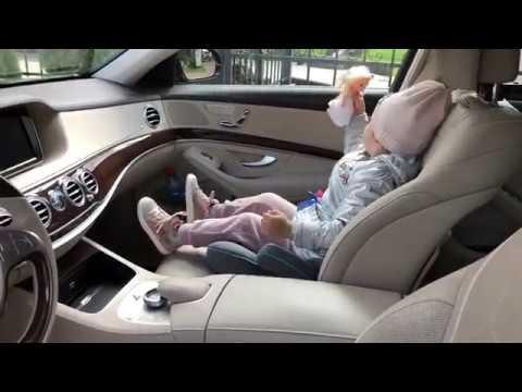 Тея играет с куклой, Курбан Омаров снимает Своя волна
