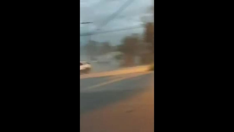 VÍDEO Estrutura de um posto de combustíveis sendo destruída pelo vento durante o temporal