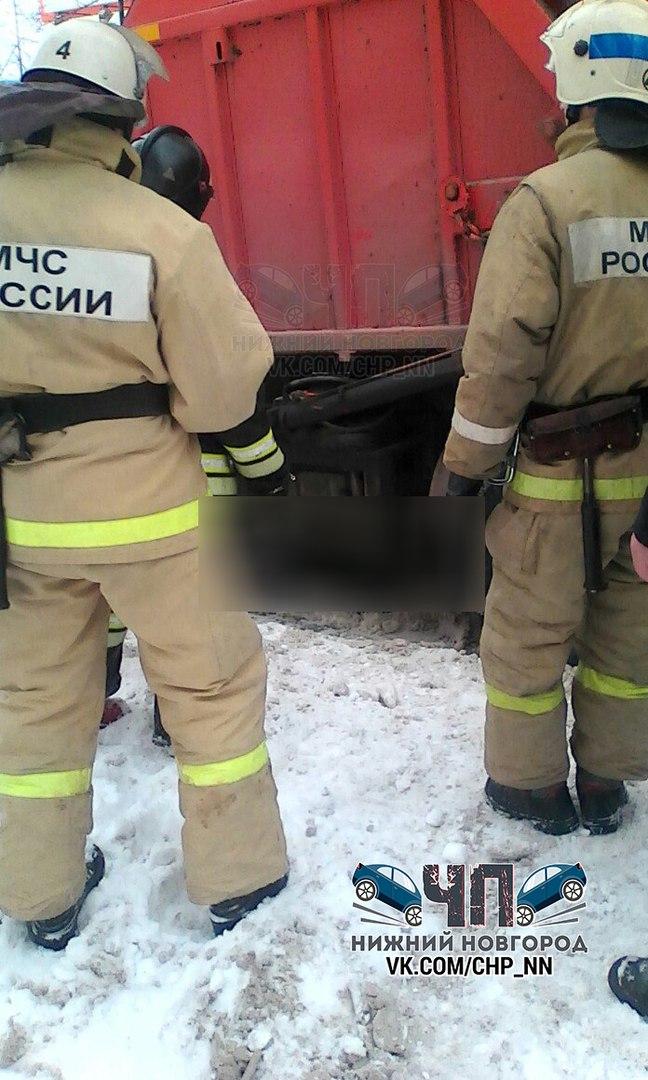 В Нижнем Новгороде мусоровоз насмерть переехал мужчину