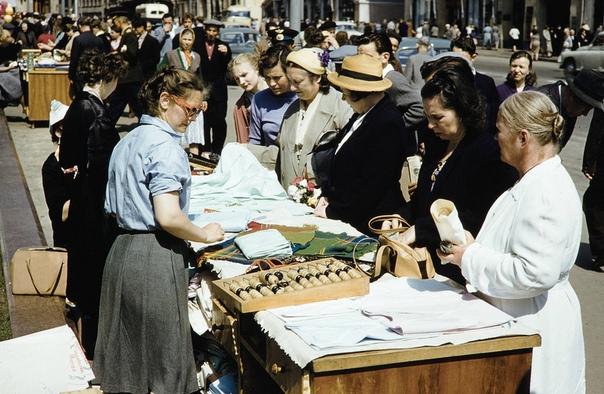 Уличная торговля в советской Москве на цветных фотографиях 1959г. Хрущёвская оттепель стала тем благодатным периодом, когда в СССР начали приезжать туристы и фотожурналисты из западных стран,