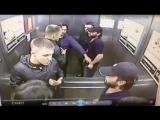 Русский кулачный бой в лифте . Драка один против троих
